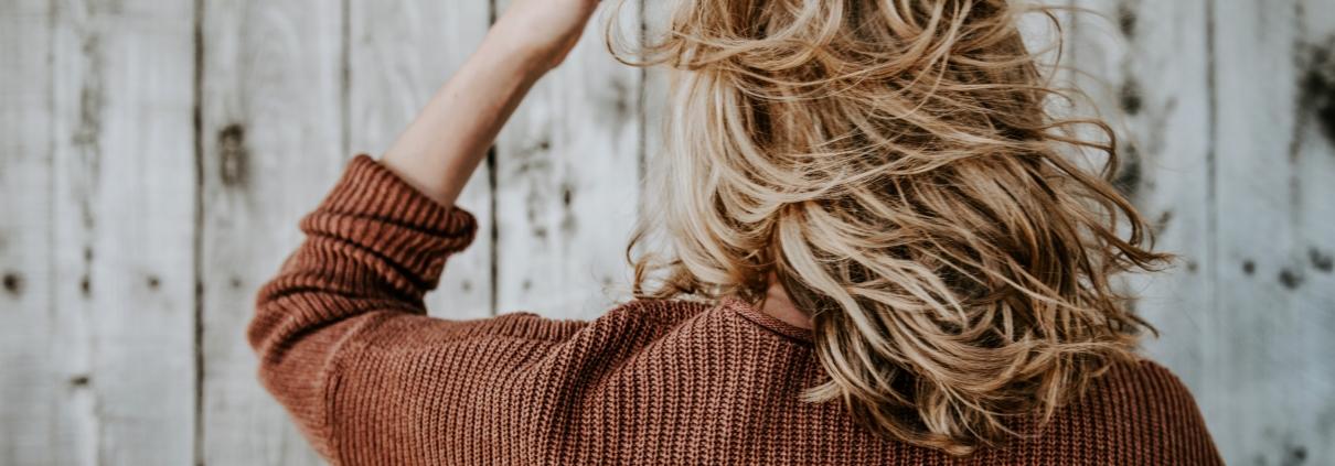 Donna di spalle con i capelli biondi